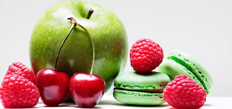 Photo d'une pomme de fruits rouges et de macarons